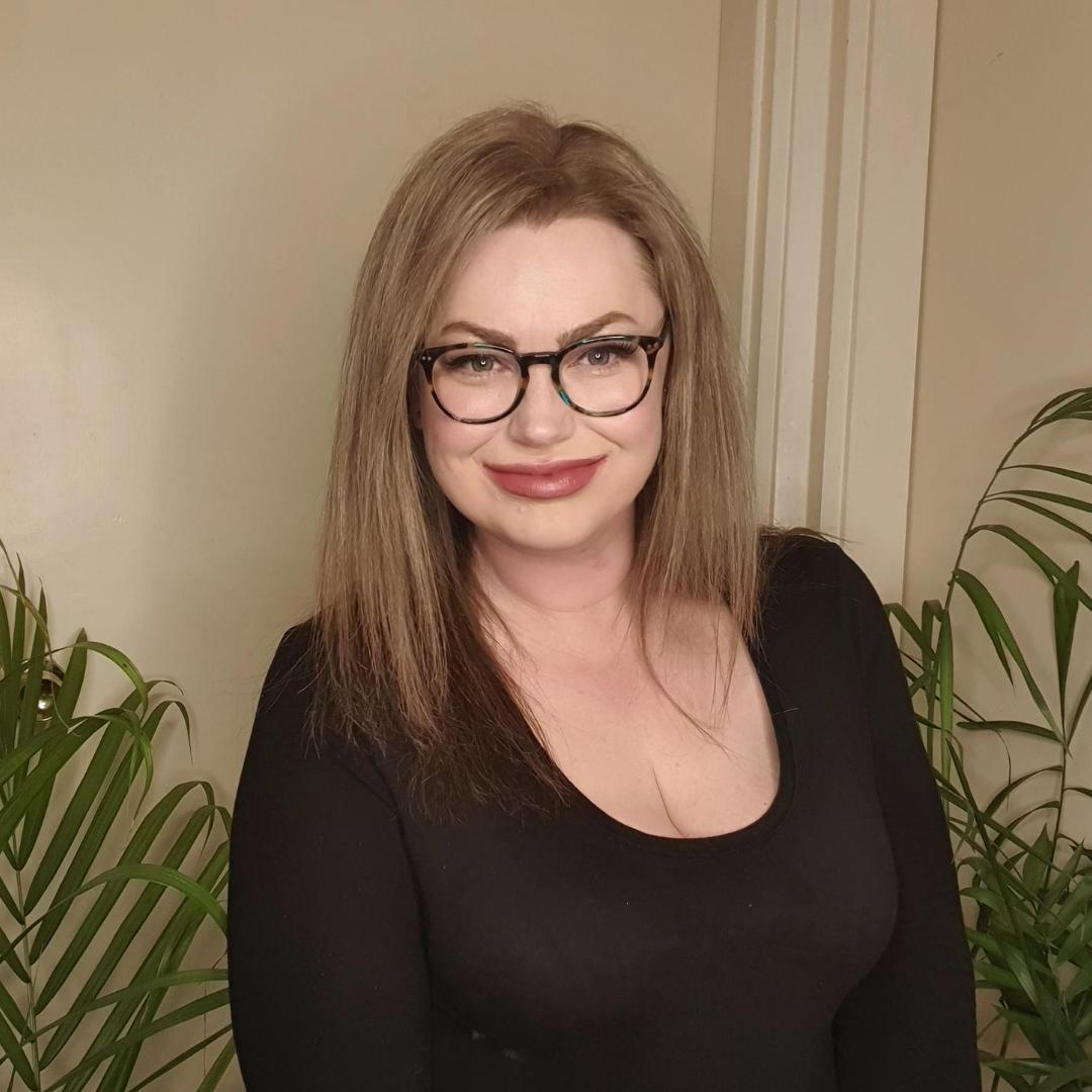 alita with glasses